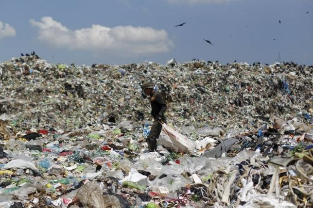 A man looks for usable items in a dumpsite on the outskirts of Tegucigalpa, April 17, 2015. | Reuters/Jorge Cabrera.
